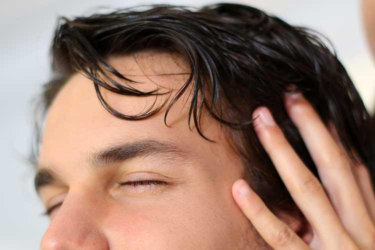 Chi ha coltivato capelli per mezzo di olio di cocco